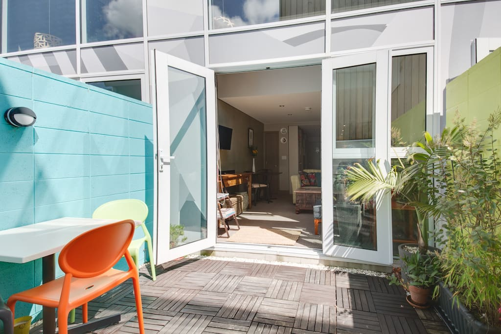 """""""Kate's apartment is the best inner city digs! Walking distance to everywhere, quiet & spacious, really stylish & the bonus of a secluded courtyard garden oasis."""""""