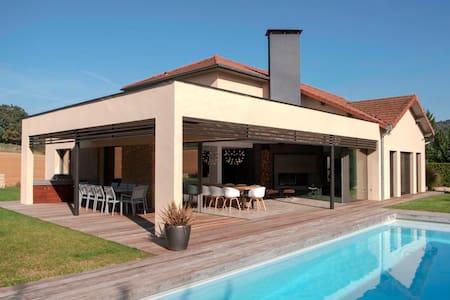 Maison contemporaine atypique proche Lyon - Chozeau