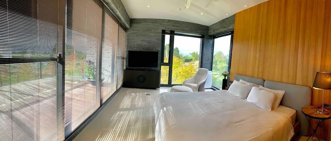 2樓套房連結大陽台,陽光微微灑進屋內,走出去呼吸的新鮮空氣,無價