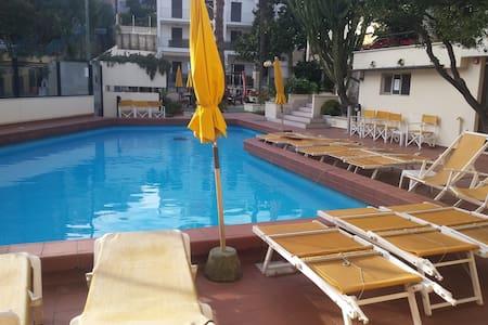 Grazioso  monolocale con piscina a parking - Varazze