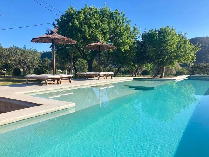Habitación con baño privado , vistas a la piscina
