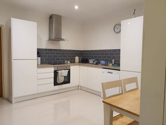 2 Bed, Private Parking, Ferry/Tunnel stop over
