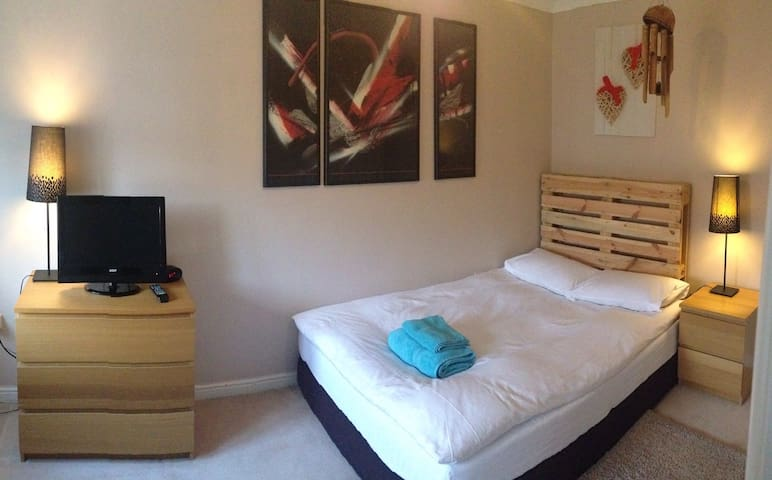 bedroom with en suite bathroom - Widnes - House