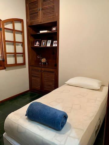 Quarto 2. Com bicama, poltrona confortável e mini home Office.