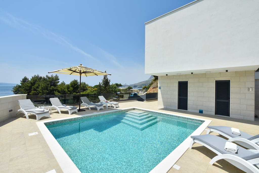 30 square meter heated pool, 6 deck chairs - ground floor level