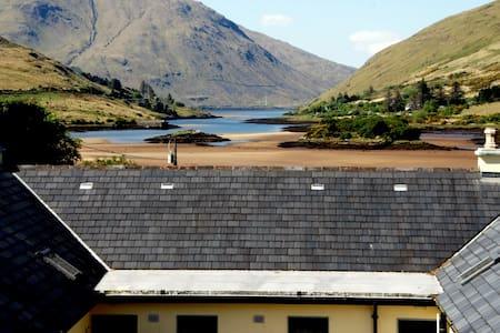 Leenane, Connemara, 2 bed, 2 bath 'Fjord' cottage