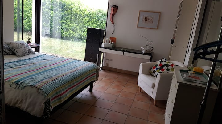 Bedroom 30m2, garden access, 10 minutes from Lyon