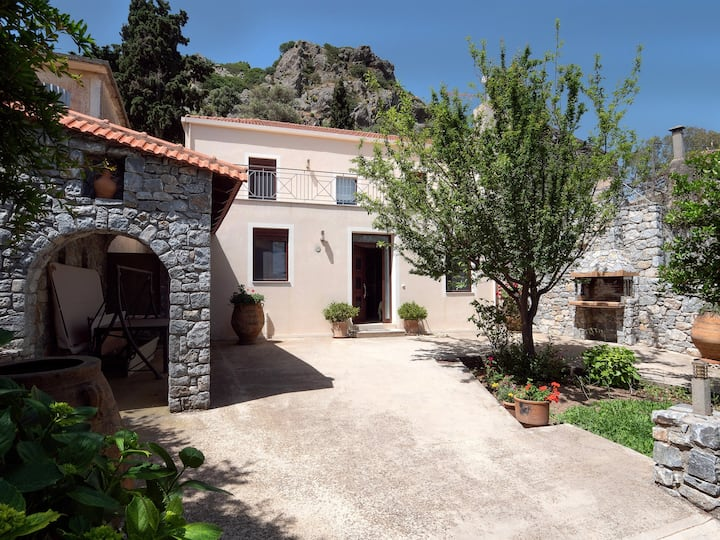 Traditional Stone Home 30 min. from famous Beaches