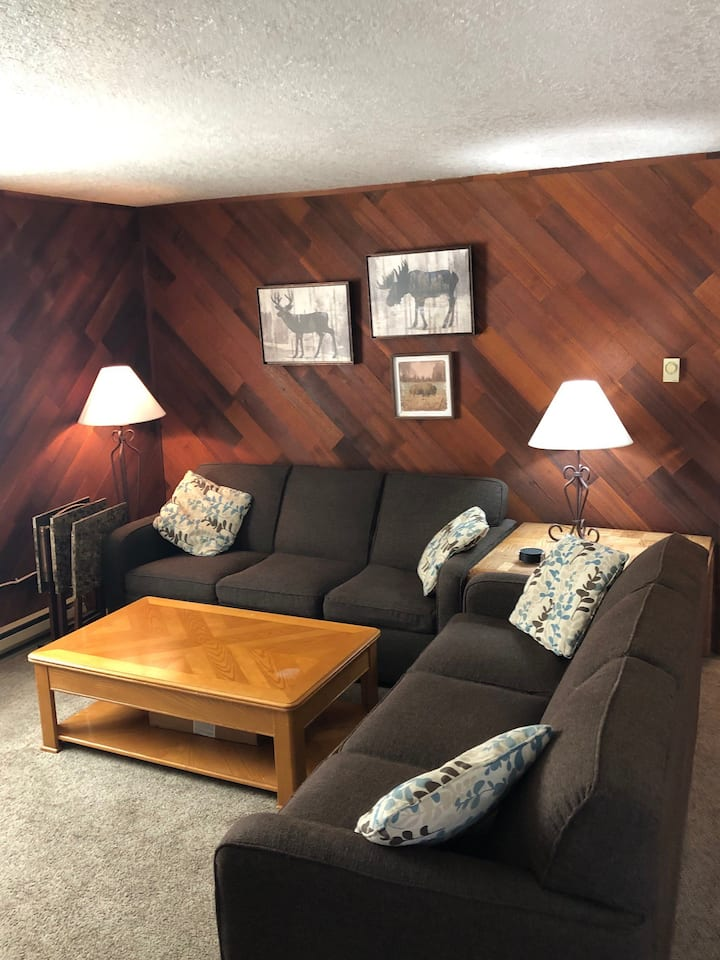 Single level condo in between Big Mtn and Downtown