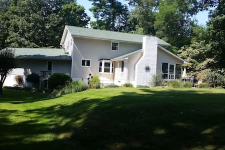 Hudson Valley 5 Bedroom home with Heated Pool - Hyde Park