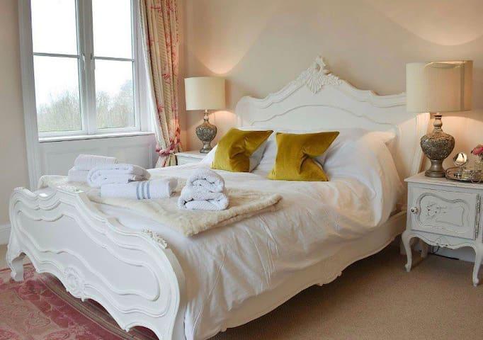 Downwood Vineyard Manor in Idyllic Countryside