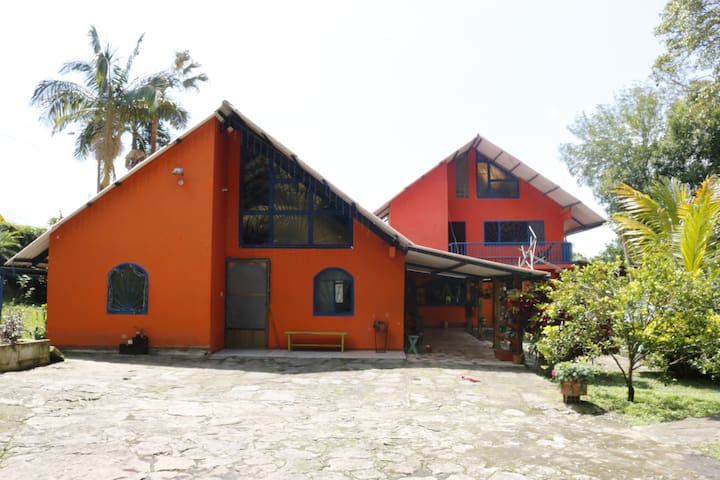 La Guacamaya Guesthouse & Coffee Farm - Huis