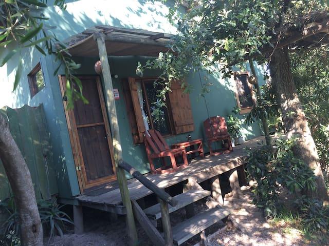 """""""Roble"""", cabaña acogedora cerca de 3 playas"""