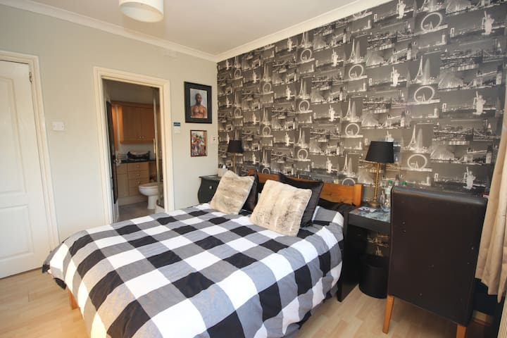 Double room with ensuite in Victorian cottage