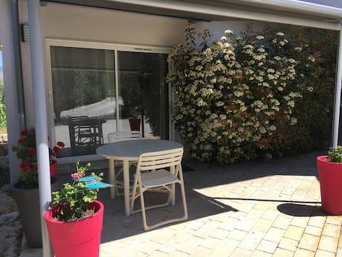 Très beau studio, indépendant avec terrasse.
