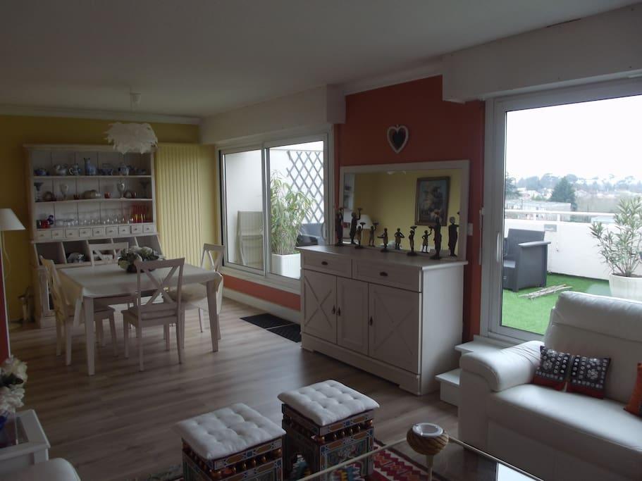 Pièce principale très lumineuse, salon/séjour 30m² donnant avec 2 gdes baies vitrées sur terrasse 45m²