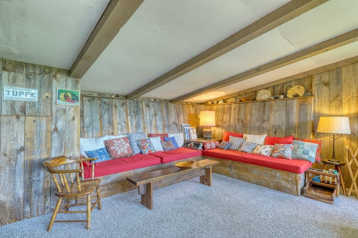 Charming tucked cabin w/ mountain views - close to Cannon Mountain!