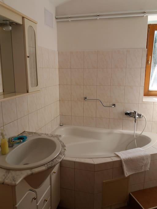Łazienka z wanną i umywalką