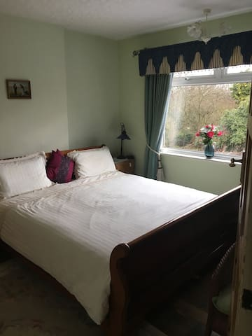 Double room in cozy home in Grove Park.