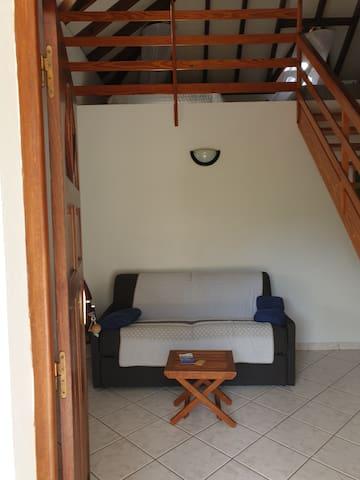 Canapé lit confortable en rez de chaussée avec au dessus la chambre en mezzanine