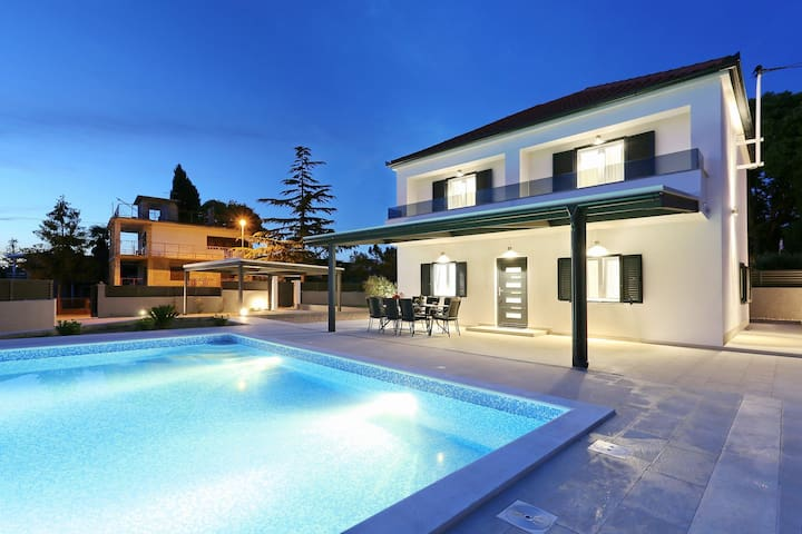 Villa Lovre( heated swimming pool & free bikes)