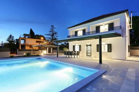 Villa Lovre( heated swimming pool & free bikes)