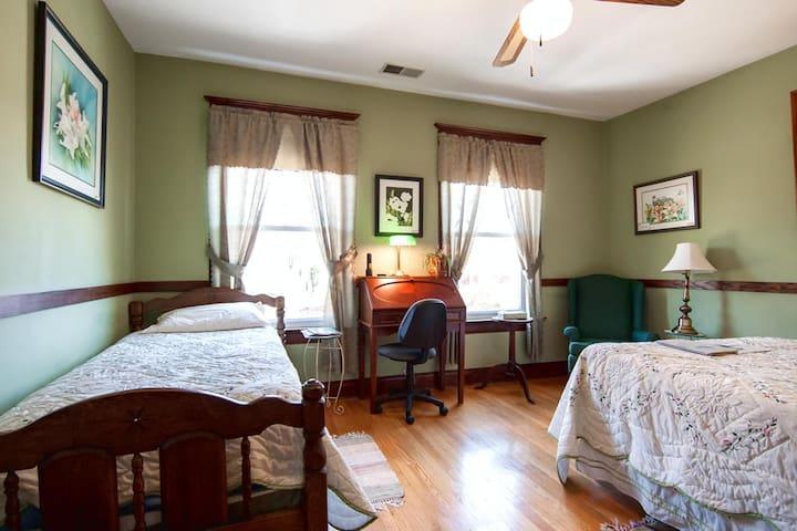 Stonewall Jackson Inn - Turner Ashby Room