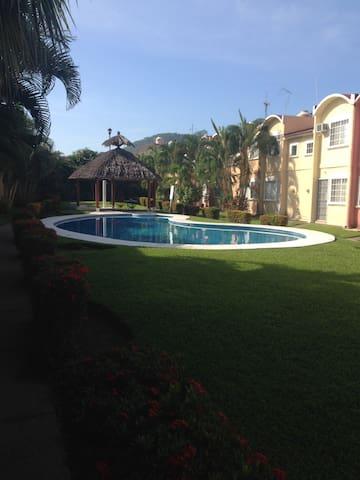 Casa con alberca 3 recámaras - Ixtapa - Huis