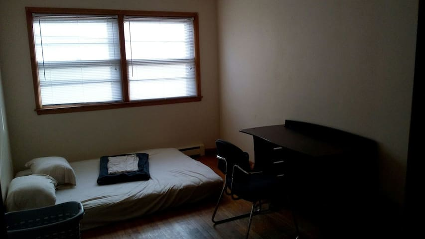 Room bordering arboretum w parking, 3 min from DT - Madison - Apartamento