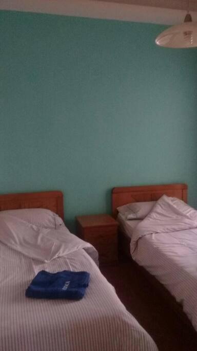 Chambre gaie  a deux lits .