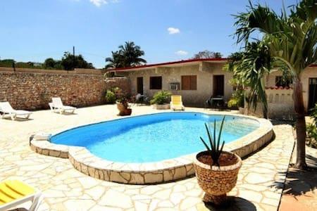Casa Metza with a private pool, 800m to the beach! - La Habana