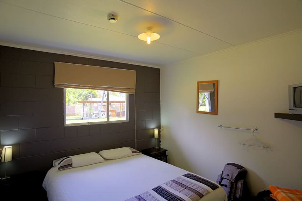 Double Room with Shared bathroom, T.V, Linen, Unlimited WIFI, full kitchen, laundry