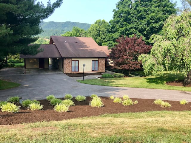 Lovely Blacksburg Country Club house  near VT