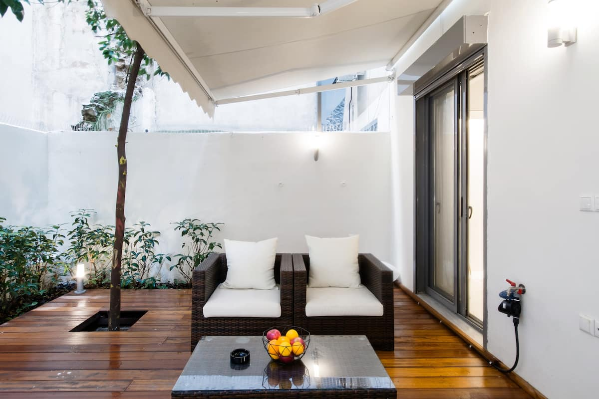 Walk to Syntagma Square from a Characterful Apartment