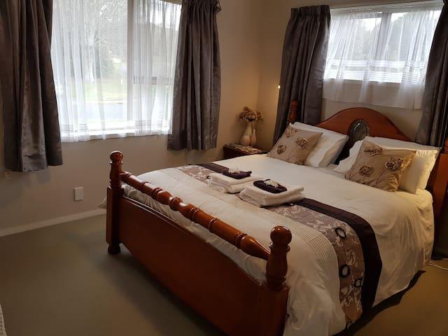 Manita's Airbnb - Kiwi Room (has TV )