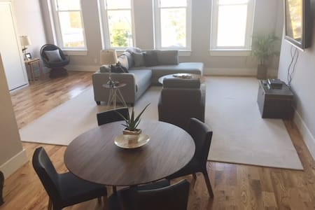 Lucy's Dreamy Downtown Private Apt; 2BEDS/2Bath - Durham