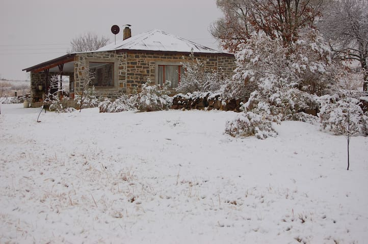 Tranquil Watersmeet Stone Cottage at Walkersons - Dullstroom - Hus