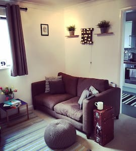 Central 1bd flat w/ private parking - St Albans