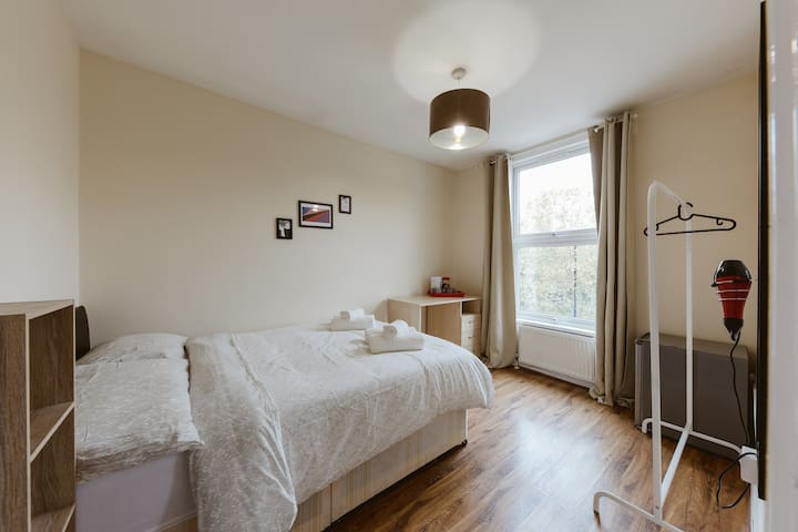 Mile end double room with shared bathroom :) R4