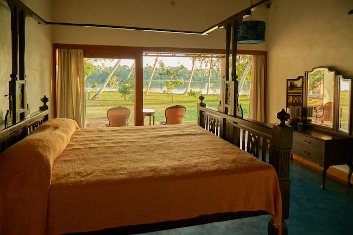 RIVER LODGE: Yellow & Blue Room