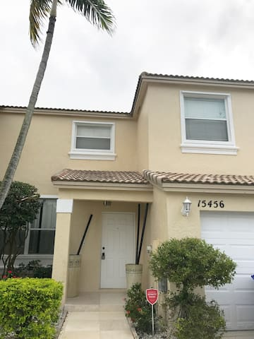 Luxury Home 2/2.5 with 2 Parking - Pembroke Pines - Dům