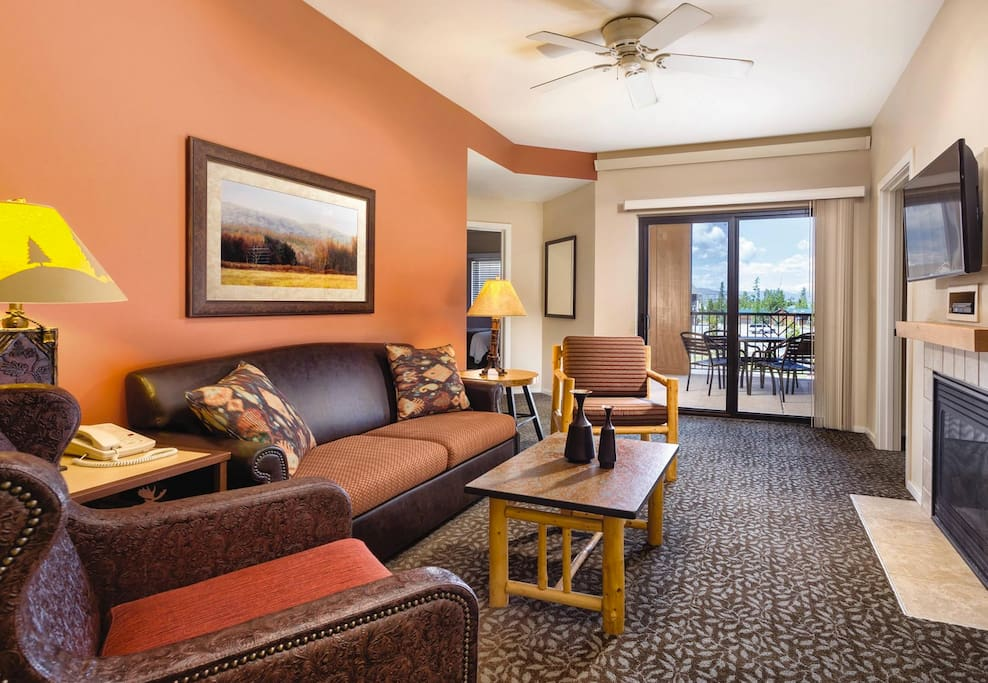 This picture does not show the specific unit being rented. The unit rented will be based on which units are available upon check-in. You are, of course, guaranteed the specific unit-type of your request (i.e. 2 BD, 3 BD, etc.). These pictures are meant to show the property and an example of the room style/décor.