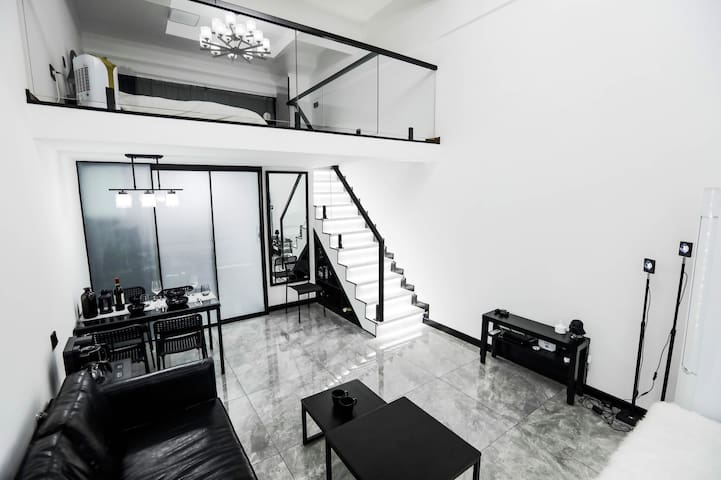 黑与白的纯粹,像HOUSE的设计者Lucas所追求的极致一般,极简优雅,黑白永恒。 在图片右侧放的是网红落日灯,您可在入住时打光拍摄。