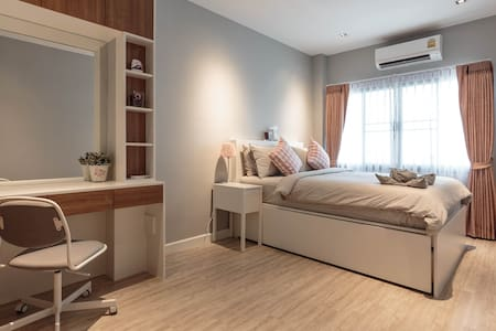 Chic room 750m to MRT Ladprao in a cat lover house - Bangkok
