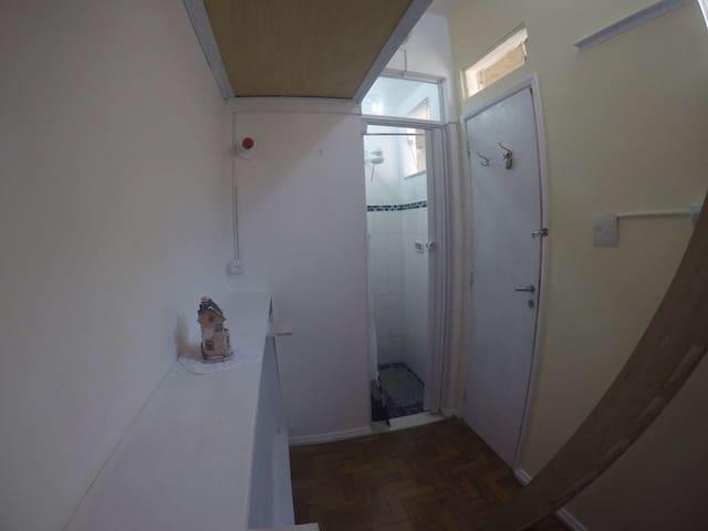 Quarto silencioso com banheiro privativo.