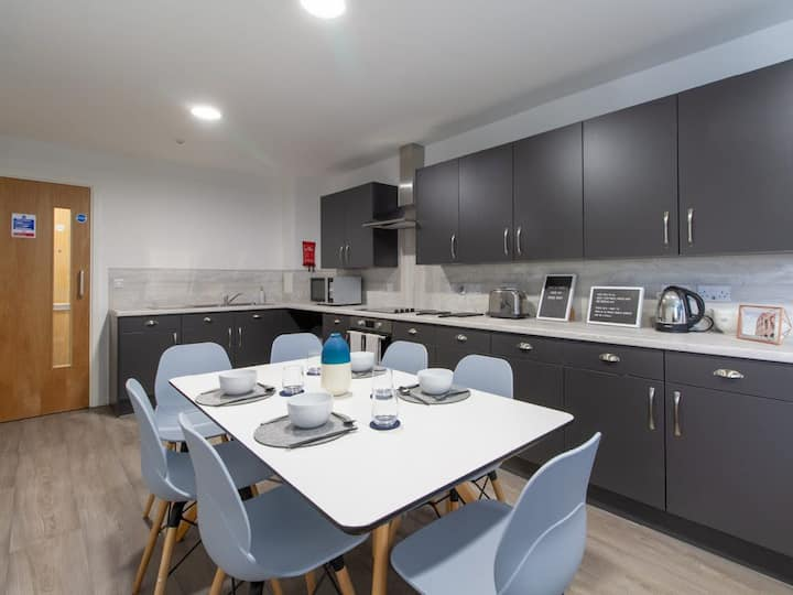 Large and Clean Apartment in Sheffield - perfect for groups