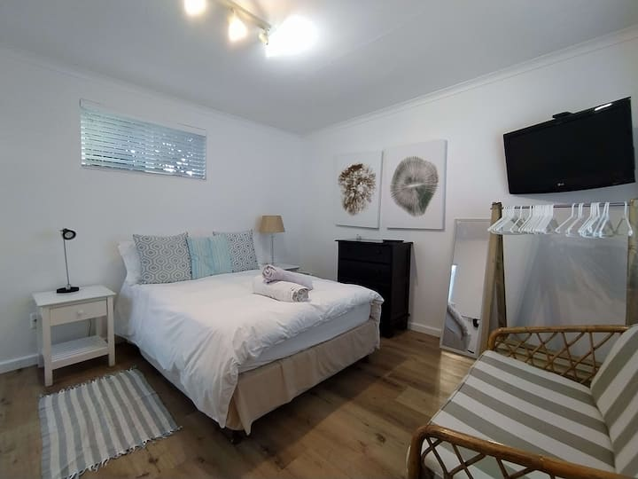 Caren's Garden Cottage | 7 min walk to Beach | WIFI | Braai
