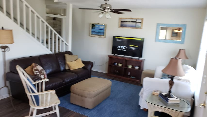 One minute walk to beach/Private Pool! Canal view!