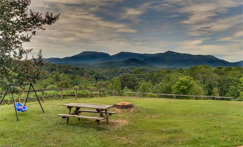 Tryon's Farm with a View 12 mi to TIEC