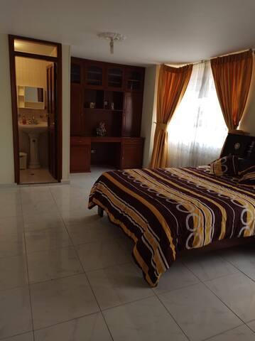 Habitación doble, baño privado y céntrica.